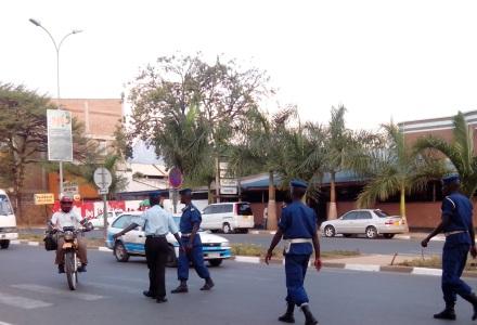 Policiers arrêtant une moto